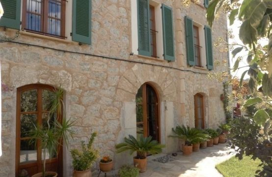 Renovated village house with garden in S'Arraco