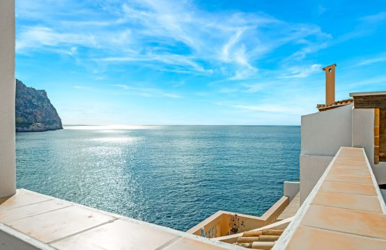 Front-line apartment with great sea view and direct sea access in Port Andratx
