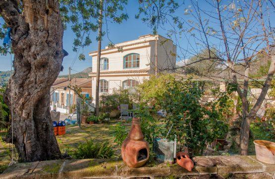 Amplia casa de pueblo con casa de invitados, jardín y vistas sobre S'Arraco