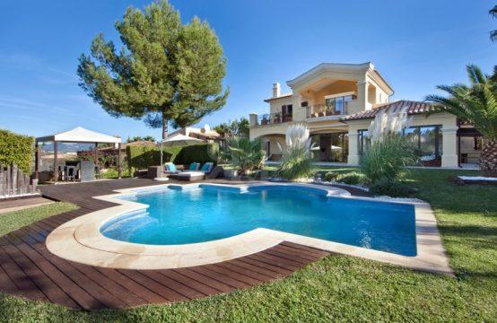 Villa with garden and pool in exclusive location in Nova Santa Ponsa