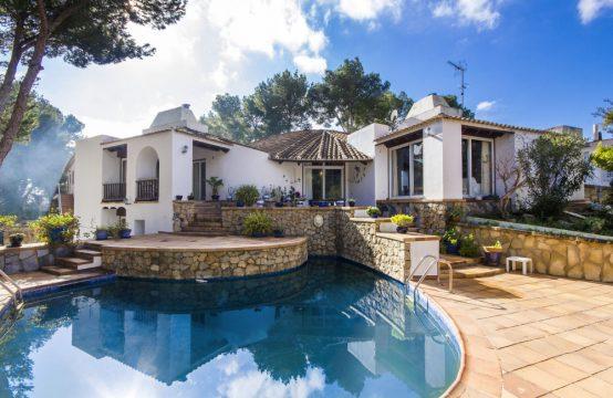 Villa mediterránea con piscina en Paguera