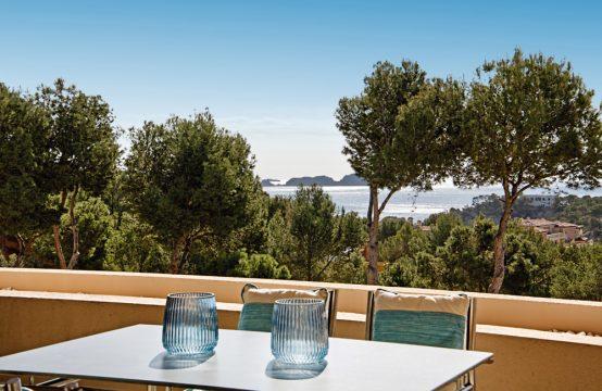 Apartamento con vistas al mar en un complejo moderno de Cala Fornells