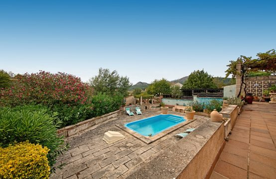 House in S'Arraco with views, garden & pool
