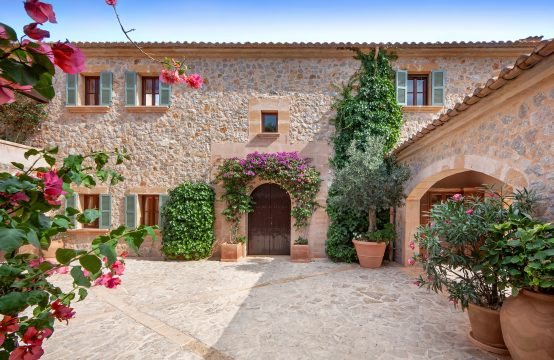 Elegant Finca-Villa made of natural stone in Camp de Mar
